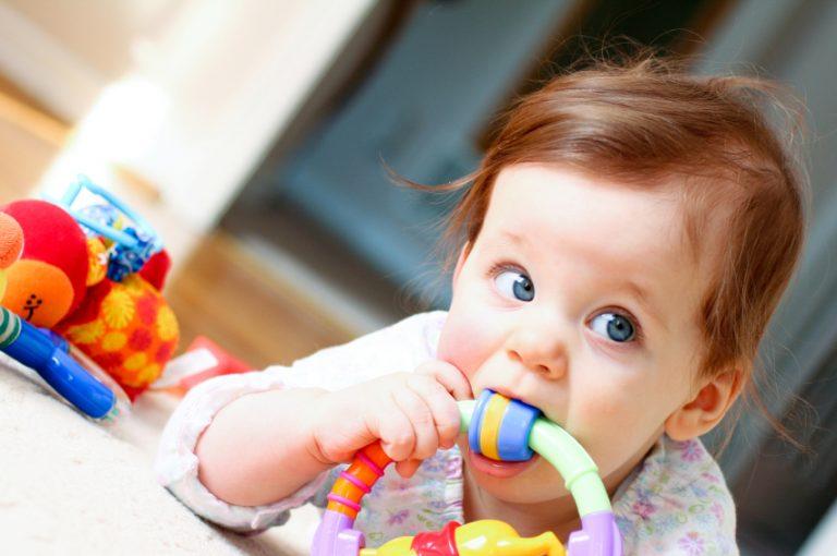 игрушка во рту у малыша