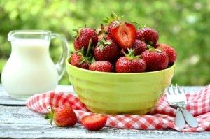 аллергены - цельное молоко и клубника