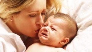 мама успокаивает малыша