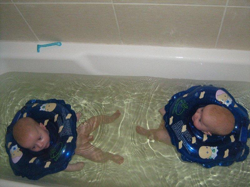 купание двойни