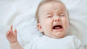 грудничок плачет и вздрагивает во сне