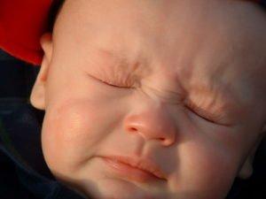 новорожденный краснеет и тужится