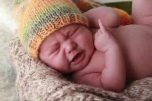 малыш кряхтит во сне