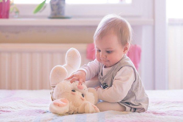 Развитие ребенка в 10 месяцев: основные навыки, особенности развития речи, питание и уход