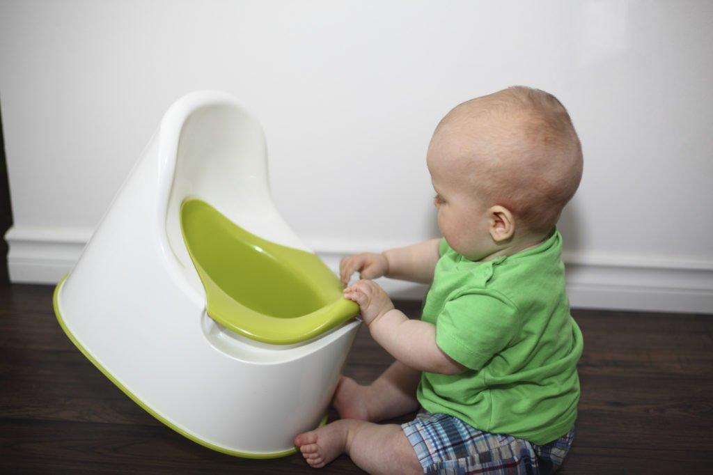 когда начинать приучать ребенка к горшку