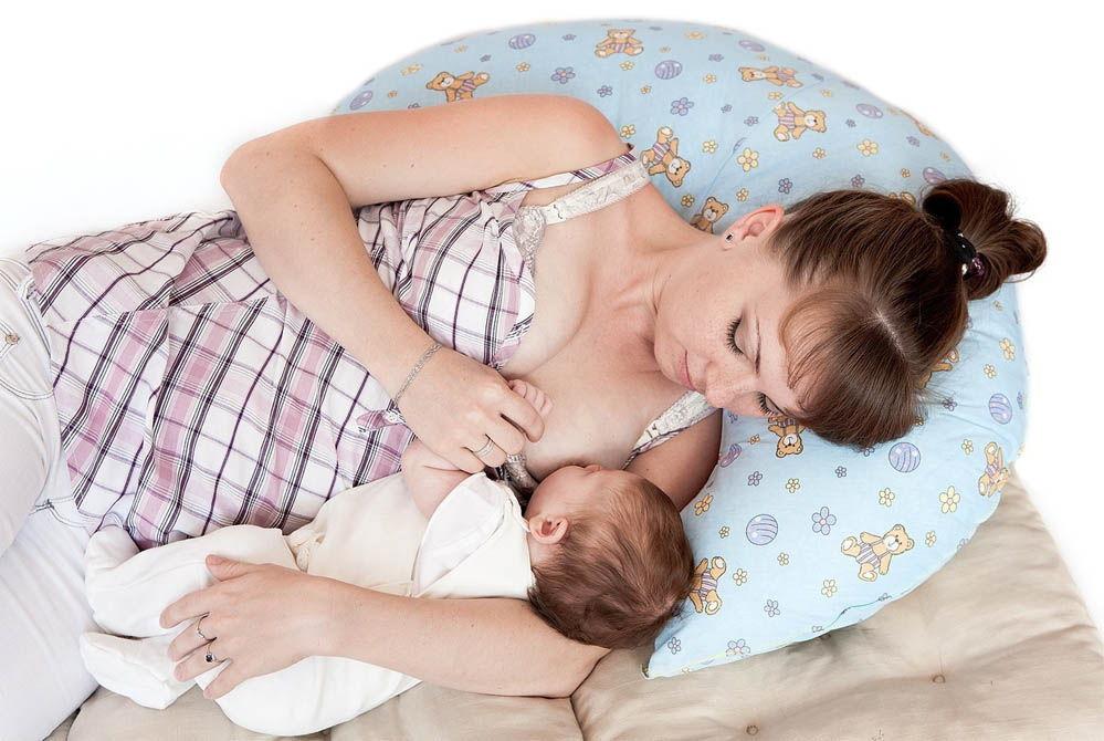 кормление грудью новорожденного лежа