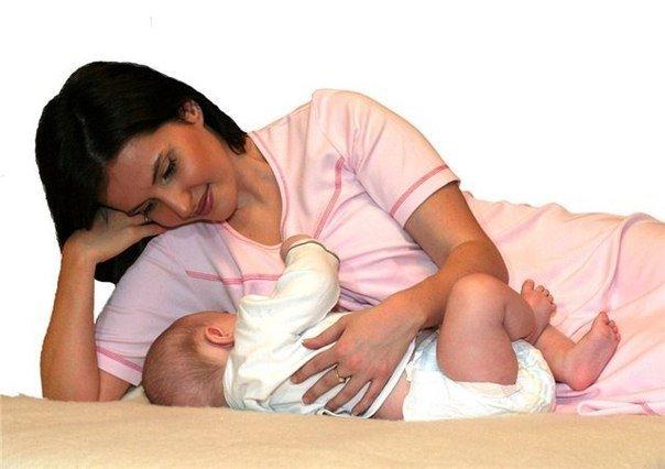 кормление грудничка лежа с опорой на локоть