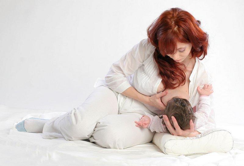 кормление новорожденного из-под руки