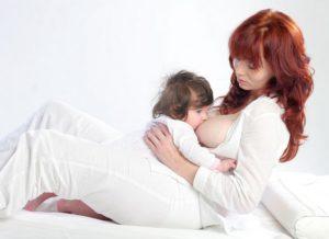кормление новорожденного полулежа