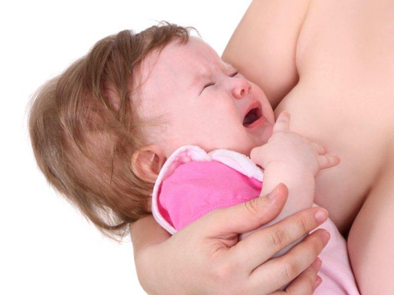 грудничок просит грудь и капризничает