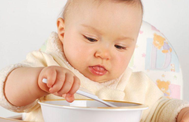 ребенок ест овсяную кашу