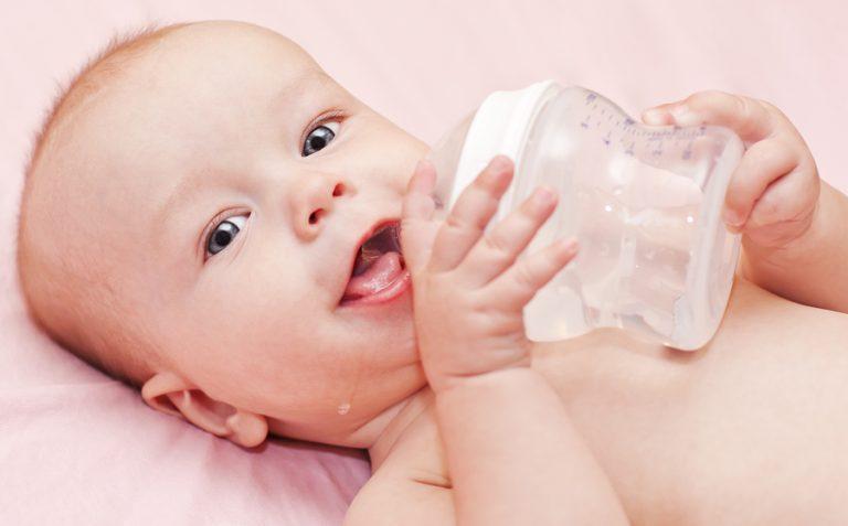 Вода для грудничка: когда её нужно давать